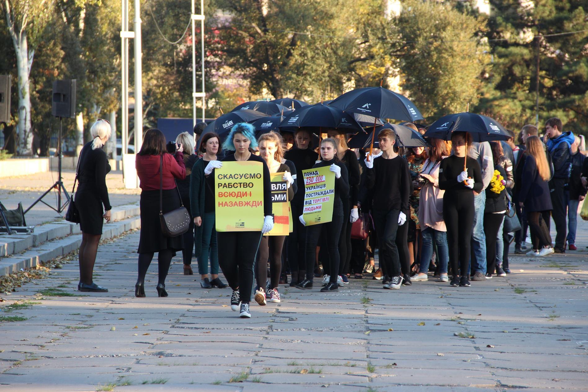 Жители Запорожья вышли на молчаливое шествие против торговли людьми - ФОТО