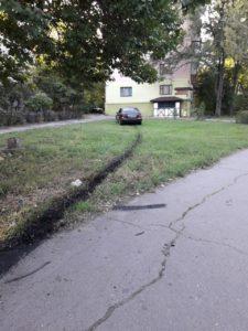 В Запорожье Mercedes вылетел на тротуар и едва не врезался в жилой дом – ФОТО