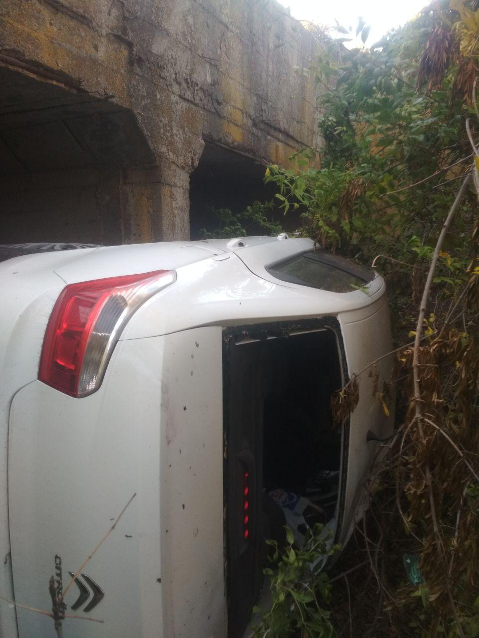 В Запорожье девушка перевернула автомобиль и свалилась в водосток – ФОТО