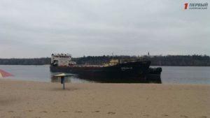 В Запорожье около Центрального пляжа баржа села на мель - ФОТО