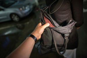 В Шевченковском районе Запорожья на улице ограбили женщину - ФОТО