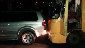 В Запорожье автобус врезался во внедорожник - ФОТО
