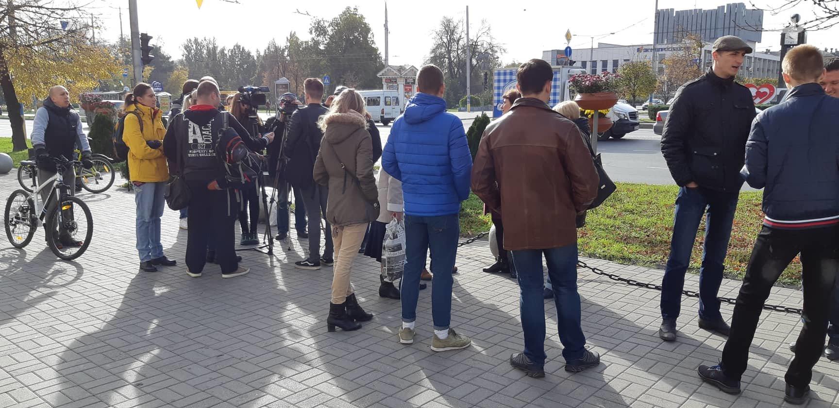 В Запорожье на митинг против повышения стоимости проезда в общественном транспорте пришли около 20 человек - ФОТО