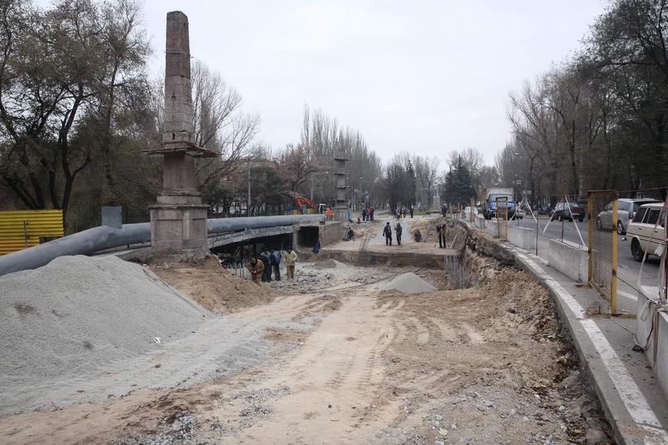 В Запорожье на Металлургов ведется реконструкция путепровода: его укрепят с помощью свай - ФОТО