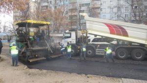 В Хортицком районе Запорожья турки ремонтируют дорогу по ул. Энтузиастов