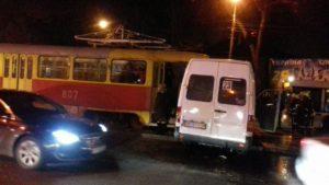 В Запорожье трамвай протаранил маршрутку: есть пострадавшие - ФОТО