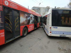 В Запорожье на Космосе столкнулись автобус и троллейбус - ФОТО