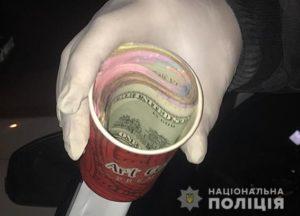 Деньги в одноразовом стакане: в Запорожской области задержали следователя-взяточника - ФОТО