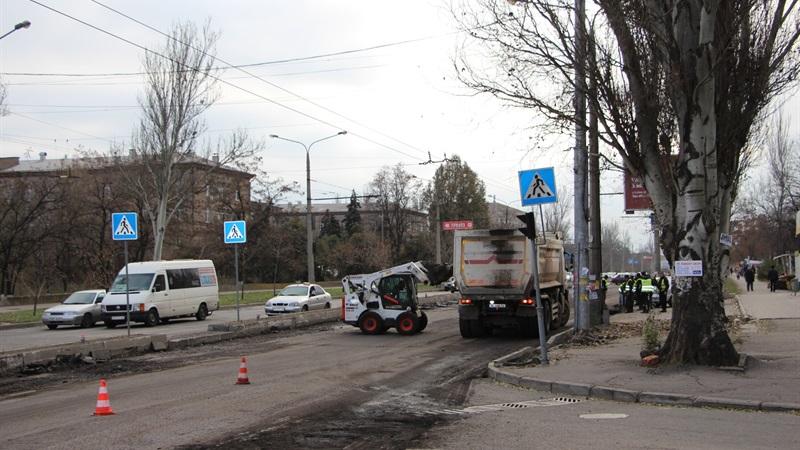 В Запорожье турецкая компания ремонтирует дорогу на улице Победы