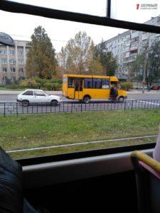В Запорожье напротив Шевченковской райадминистрации произошло ДТП с маршруткой – ФОТО