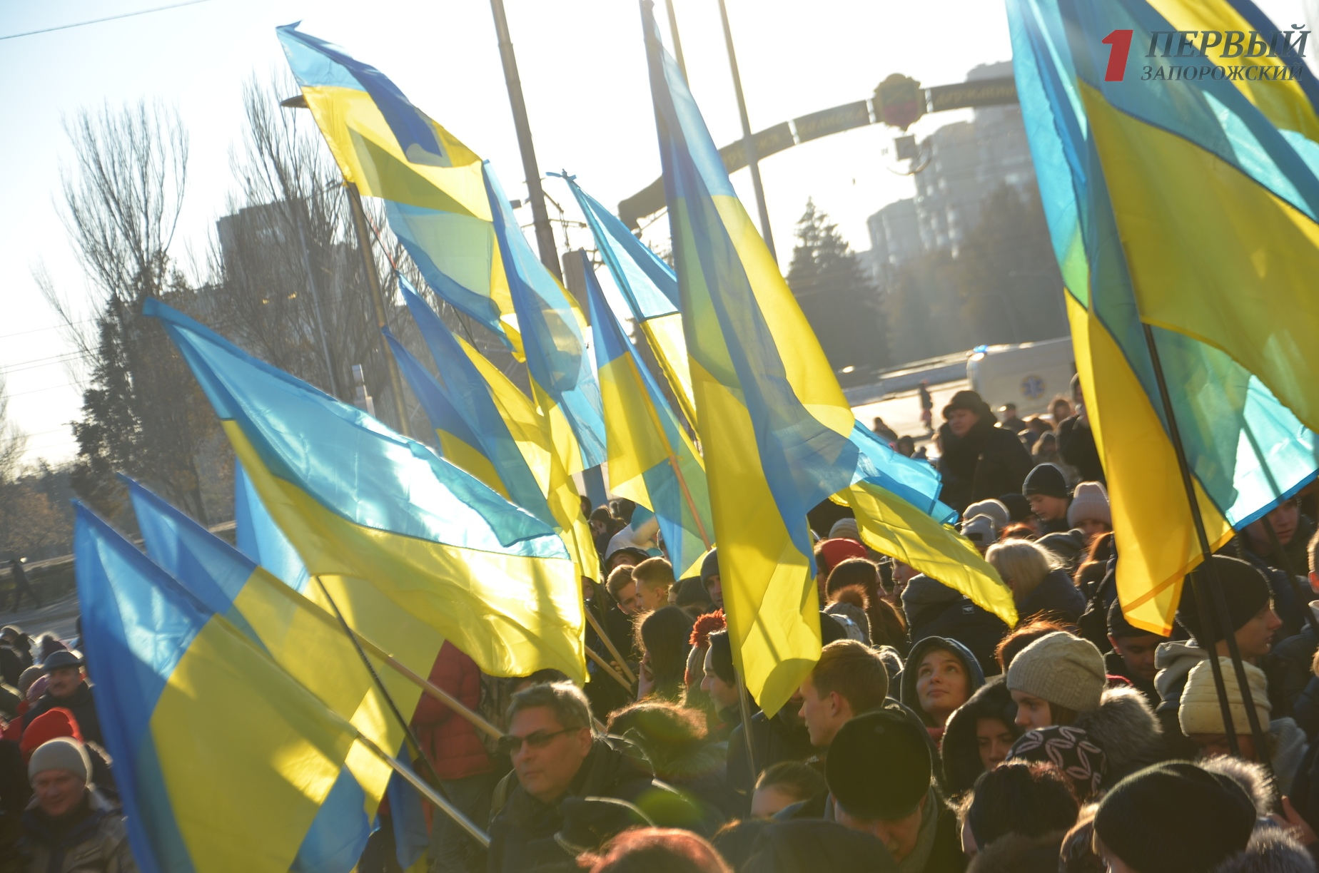 Тысячи запорожцев вышли на площадь в поддержку пленных украинских моряков - ФОТО, ВИДЕО