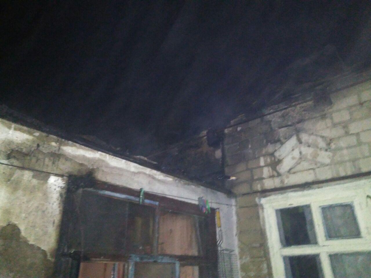 У Запорізькій області вночі горів житловий будинок: врятували жінку з дітьми - ФОТО