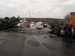 На запорожской трассе столкнулись два грузовика - ФОТО
