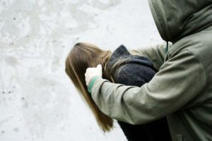 В Запорожье на Бабурке неизвестный напал на молодую девушку