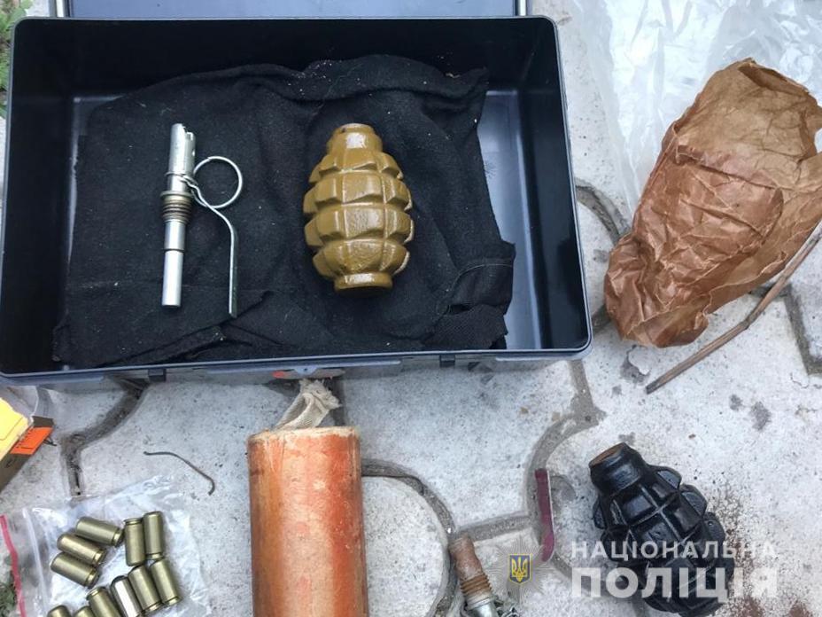 У жителя Запорожской области во время обыска изъяли арсенал оружия и боеприпасов - ФОТО