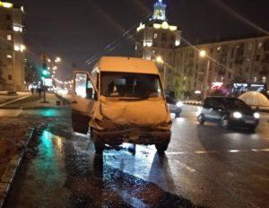 В Запорожье на остановке маршрутка врезалась в автобус: пострадали четыре пассажира - ФОТО, ВИДЕО