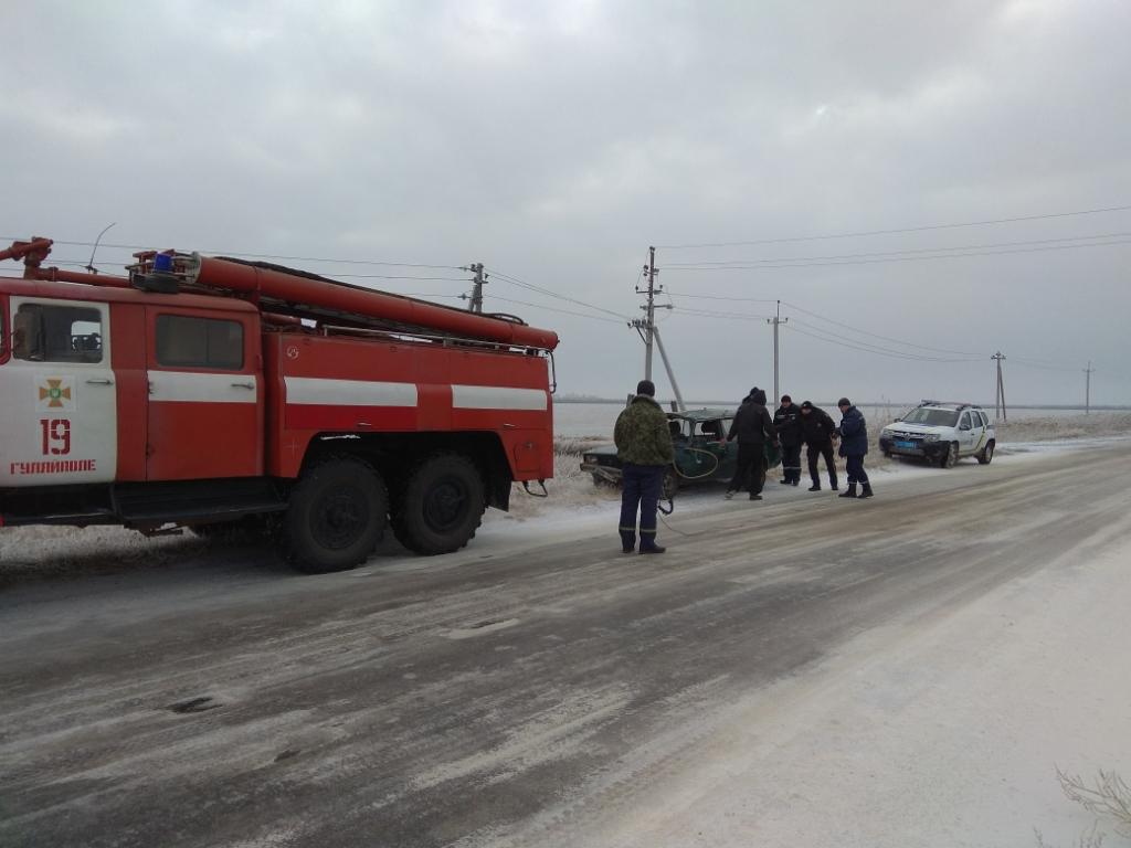 В Запорожской области легковушка выехала с дороги и перевернулась - ФОТО