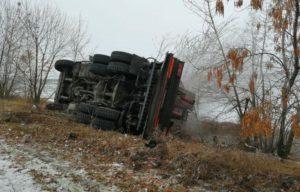 В Запорожской области на трассе перевернулся грузовик «Mercedes»: есть пострадавший - ФОТО