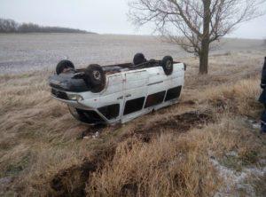 На запорожской трассе маршрутка с пассажирами выехала в кювет и перевернулась: есть пострадавшая - ФОТО