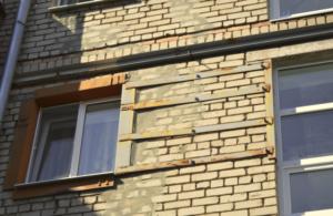 Жители Запорожья покинули свои квартиры из аварийного дома, который стал рушиться по швам