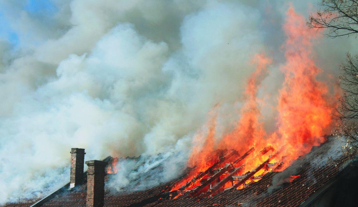 В Запорожской области горел двухэтажный жилой дом