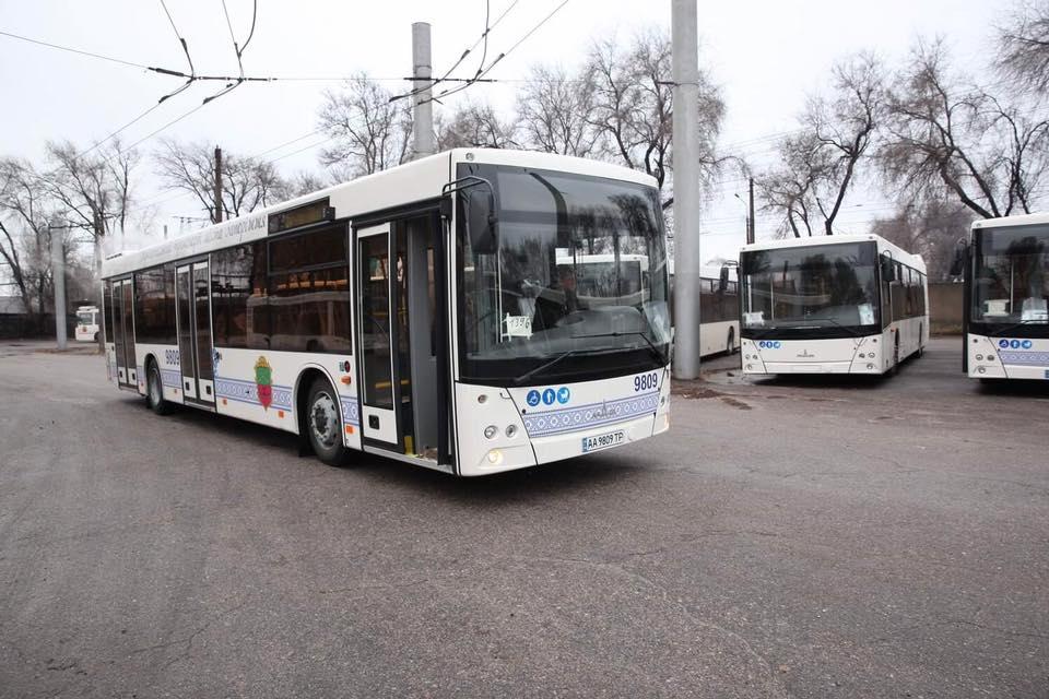 В Запорожье прибыли одиннадцать новых больших автобусов - ФОТО