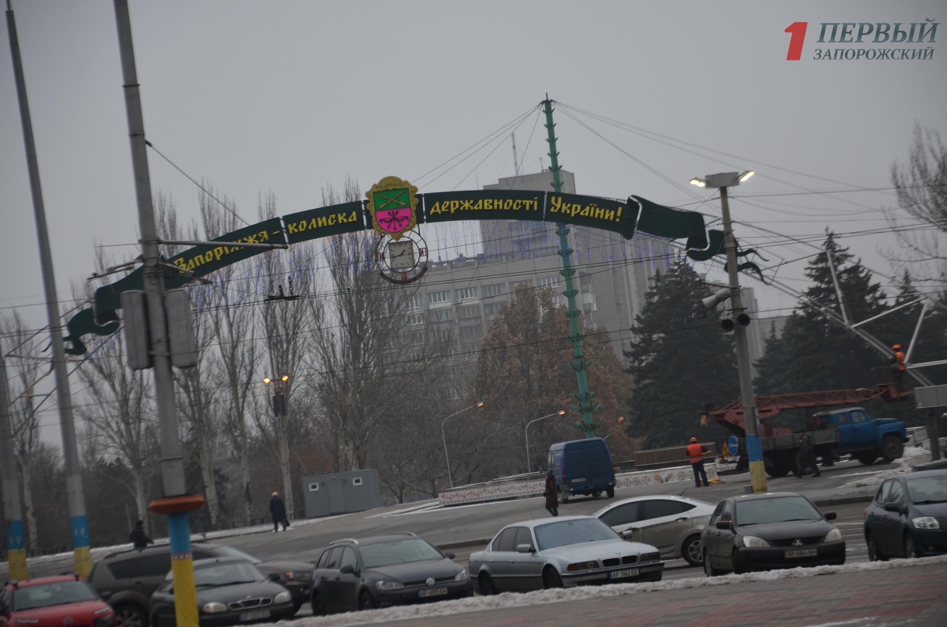 В Запорожье на площади Фестивальной монтируют новогоднюю иллюминацию - ФОТО