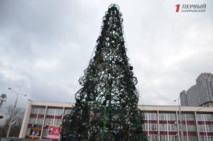 В Запорожье на бульваре Шевченко смонтировали искусственную полупрозрачную елку – ФОТО