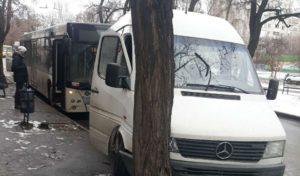 В Запорожье на остановке большой автобус протаранил маршрутку - ФОТО