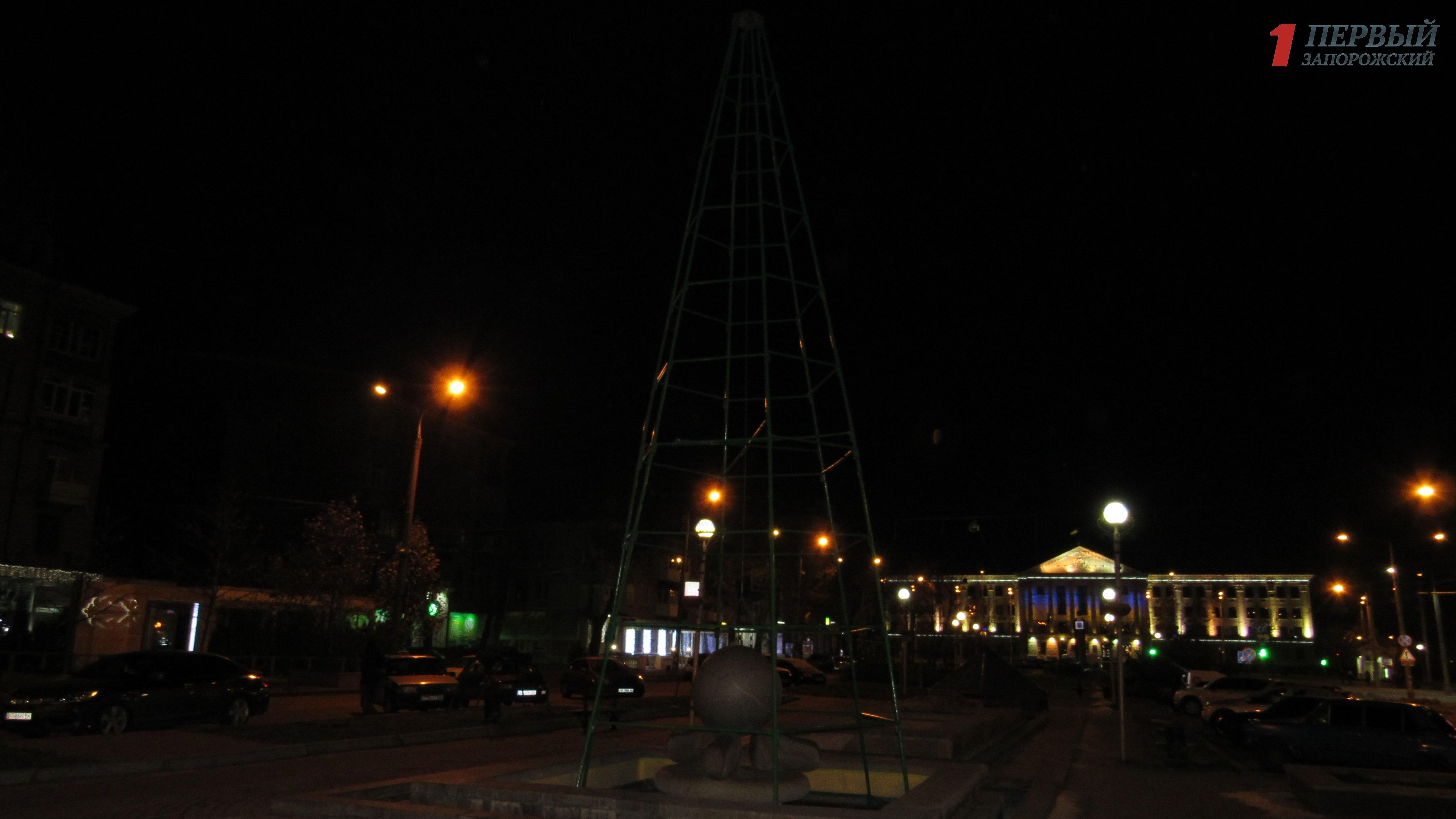 В Запорожье установили каркас для елки на бульваре Шевченко – ФОТО