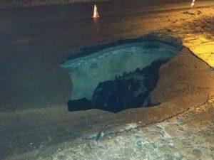 В Запорожье на Космосе грузовик провалился в трехметровую яму на дороге - ФОТО, ВИДЕО