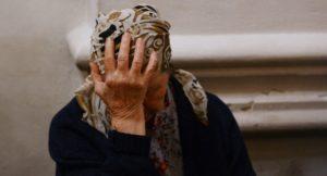 В Запорожской области злоумышленник избил и ограбил пенсионерку прямо на улице