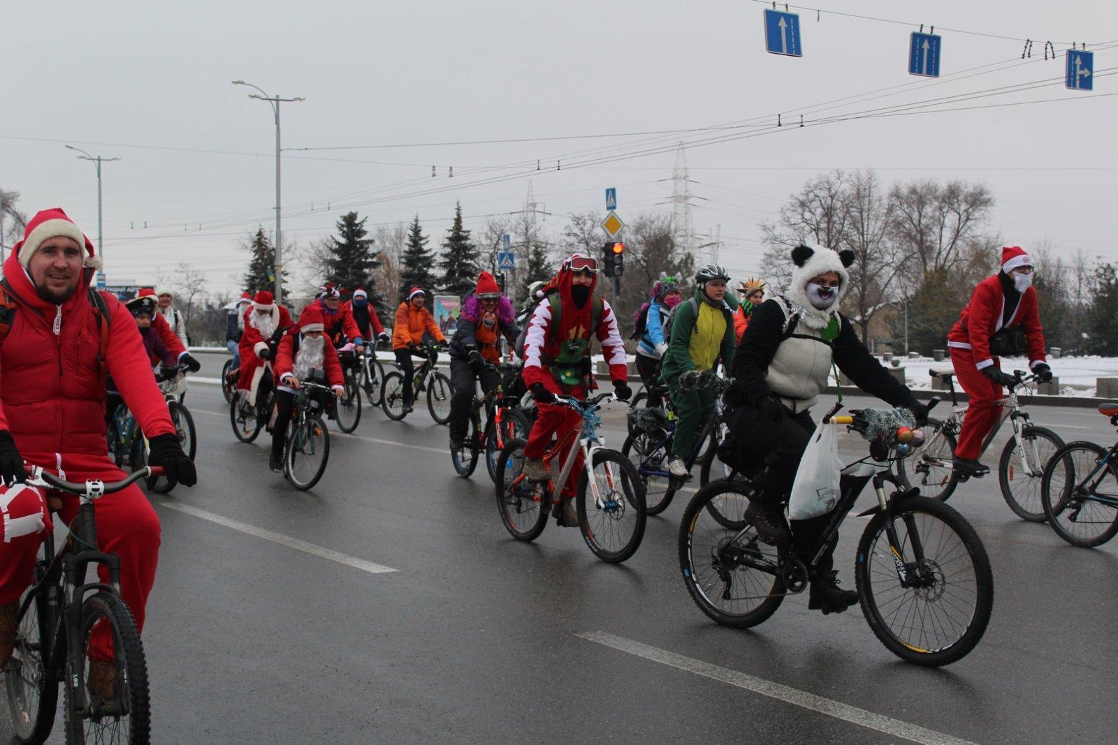 Деды Морозы, свинки и пираты: как в Запорожье прошел предновогодний велопарад – ФОТО, ВИДЕО
