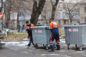 В Запорожье вандалы уничтожают мусорные баки и воруют металлические контейнеры –  ВИДЕО