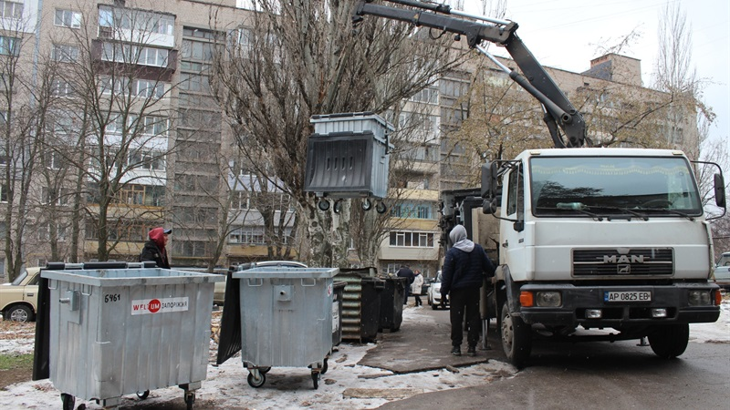 В Запорожье начали воровать новые металлические контейнеры для мусора, которые обещали быть антивандальными - ФОТО