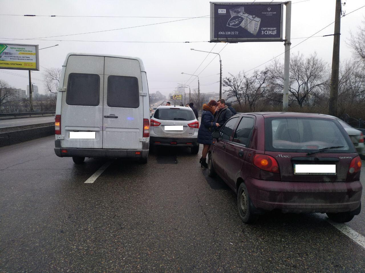 В Запорожье на дамбе произошло тройное ДТП с участием микроавтобуса - ФОТО