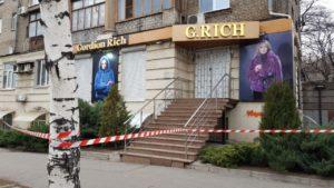 В центре Запорожья в магазине меха и кожи обнаружили боевую гранату на входе – ФОТО