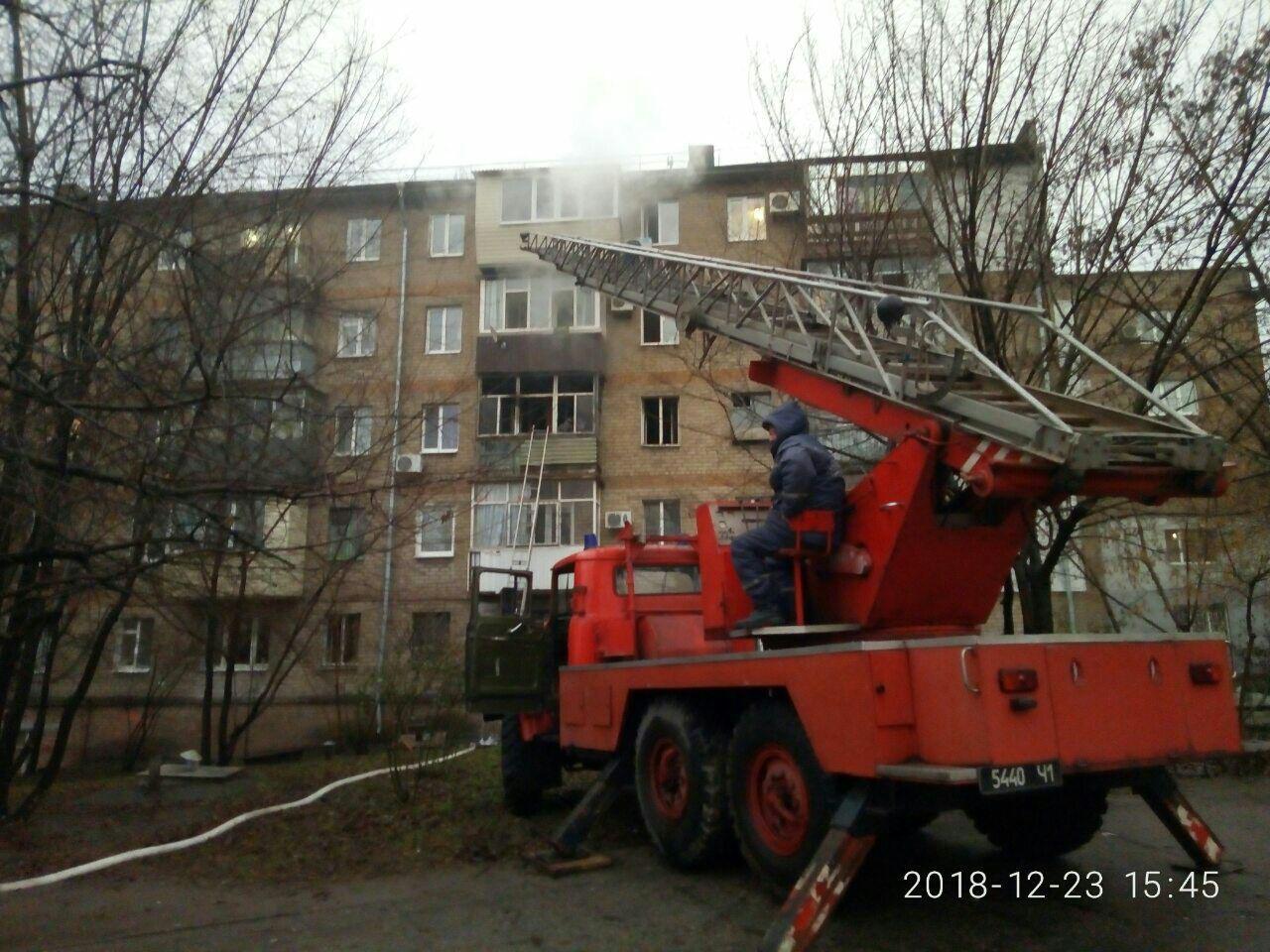 Во время пожара в центре Запорожья огнеборцы спасли четырех человек и собаку - ФОТО