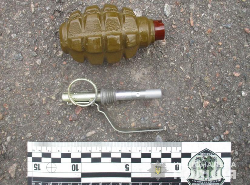 Запорожец разгуливал по улице с боевой гранатой - ФОТО