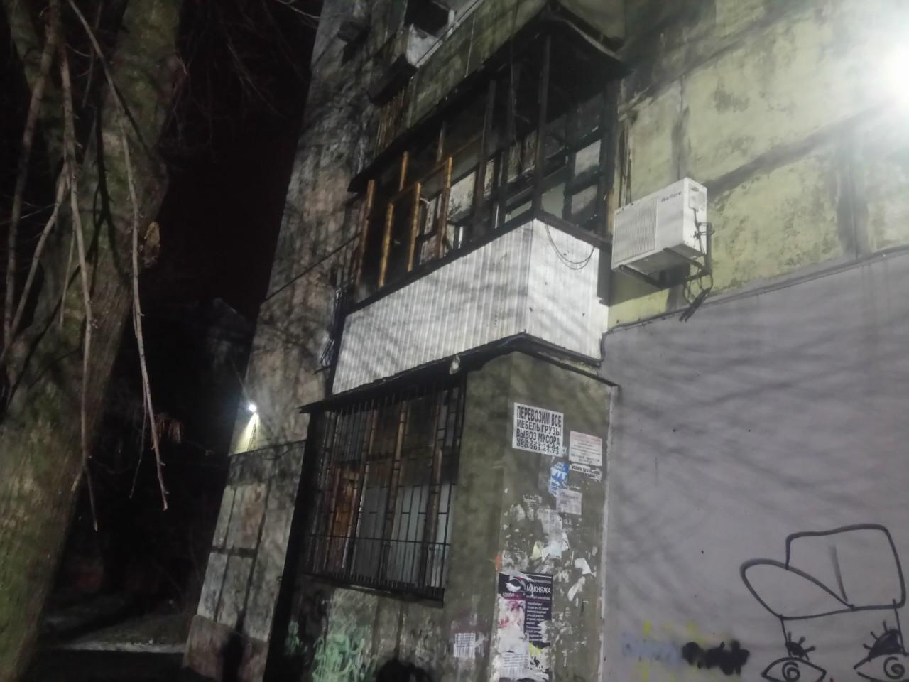 В Запорожье из-за заброшенной на балкон петарды загорелась квартира - ФОТО