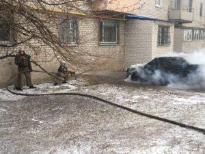 В Запорожской области около жилого дома сгорела легковушка - ФОТО