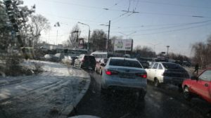 В Запорожье перед плотиной ДнепроГЭСа образовалась пробка - ФОТО