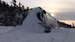 Под Запорожьем в снегу застрял автобус с 20 пассажирами