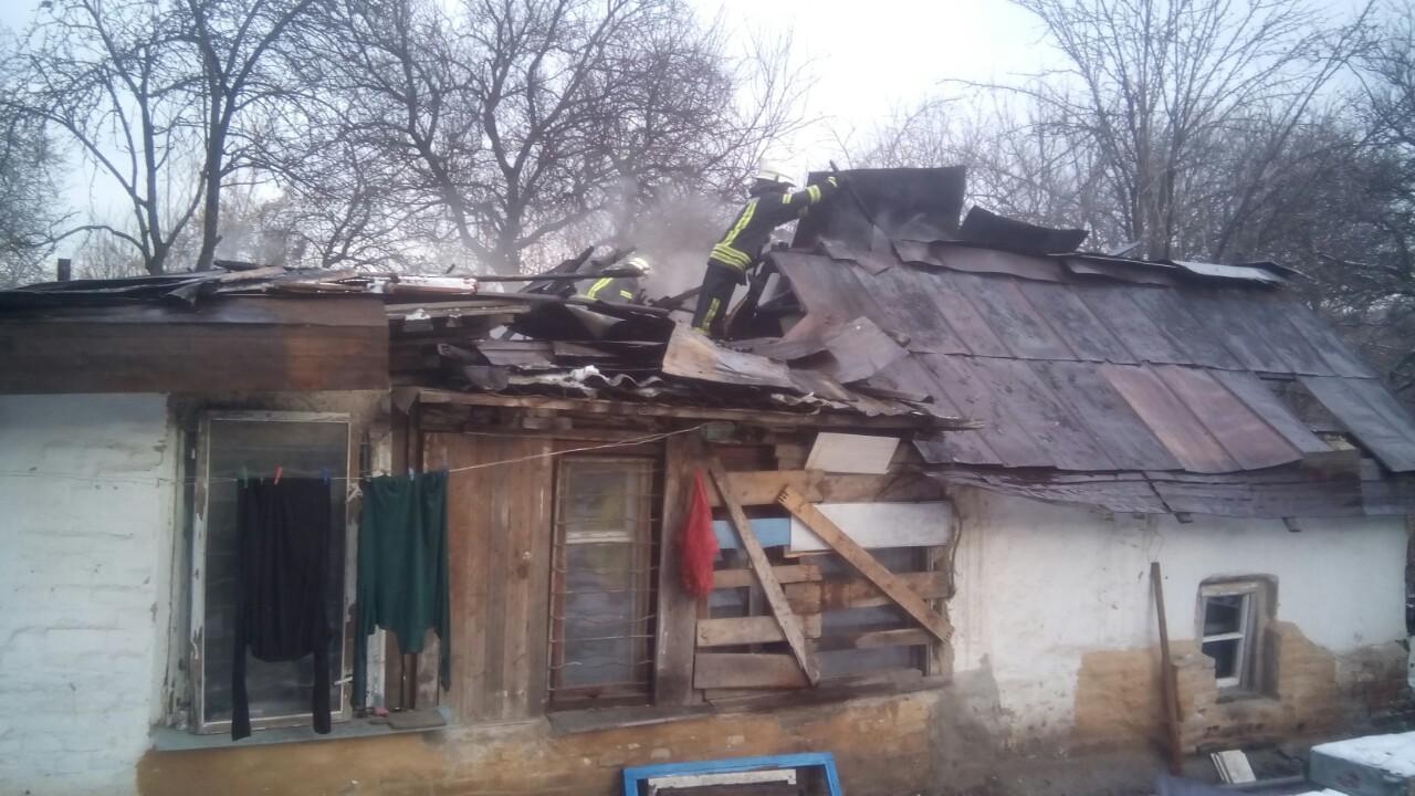 В Запорожье из-за неосторожности хозяев загорелась крыша жилого дома - ФОТО