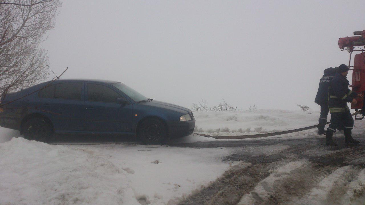 В Запорожской области спасатели вытащили из кюветов легковушки, грузовики и автобус - ФОТО