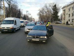 В Запорожье перед плотиной ДнепроГЭС столкнулись легковушки - ФОТО