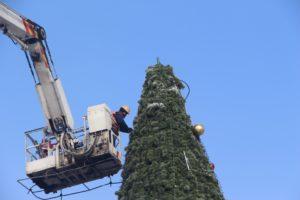 В Запорожье на площади Маяковского демонтируют новогоднюю елку - ФОТО