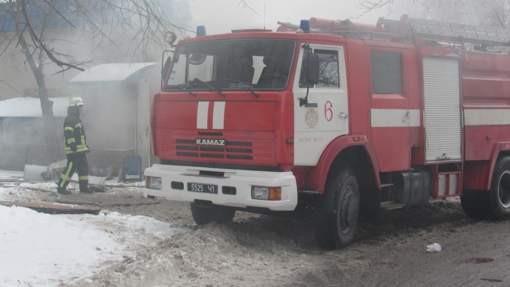 В Заводском районе Запорожья 17 спасателей тушили пожар в магазине - ФОТО