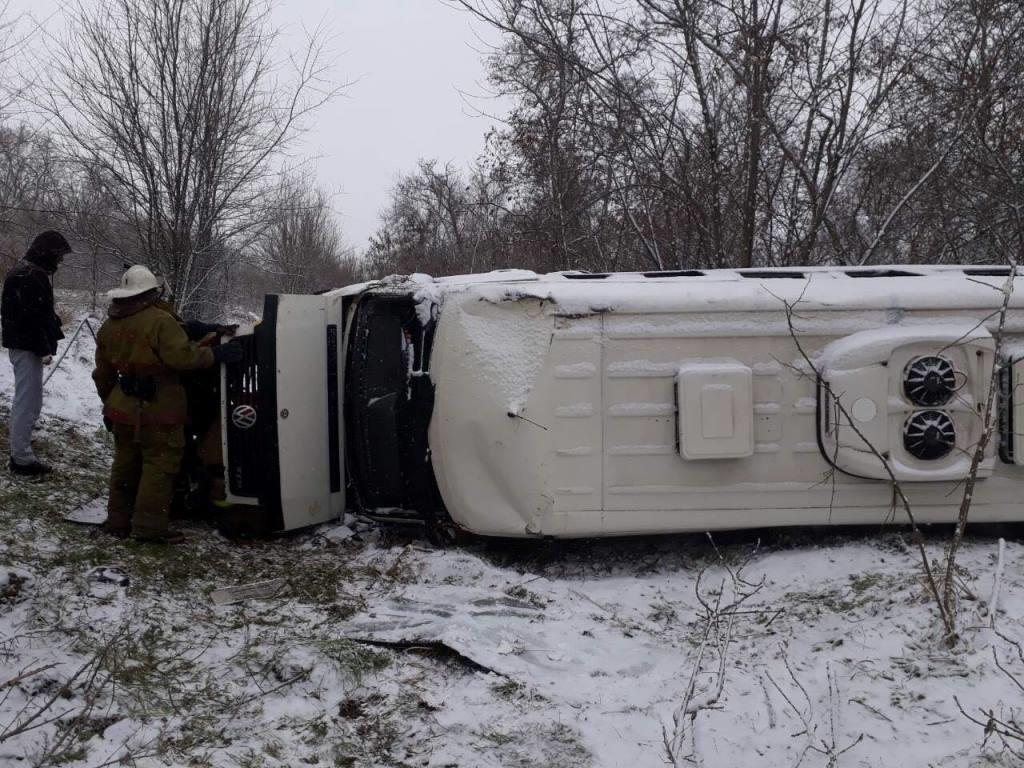 В Запорожской области перевернулся микроавтобус с пассажирами: есть пострадавшие - ФОТО