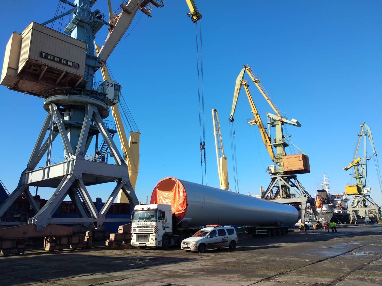 В Бердянском торговом порту полным ходом идет разгрузка 12 судна с деталями ветрогенератора - ФОТО